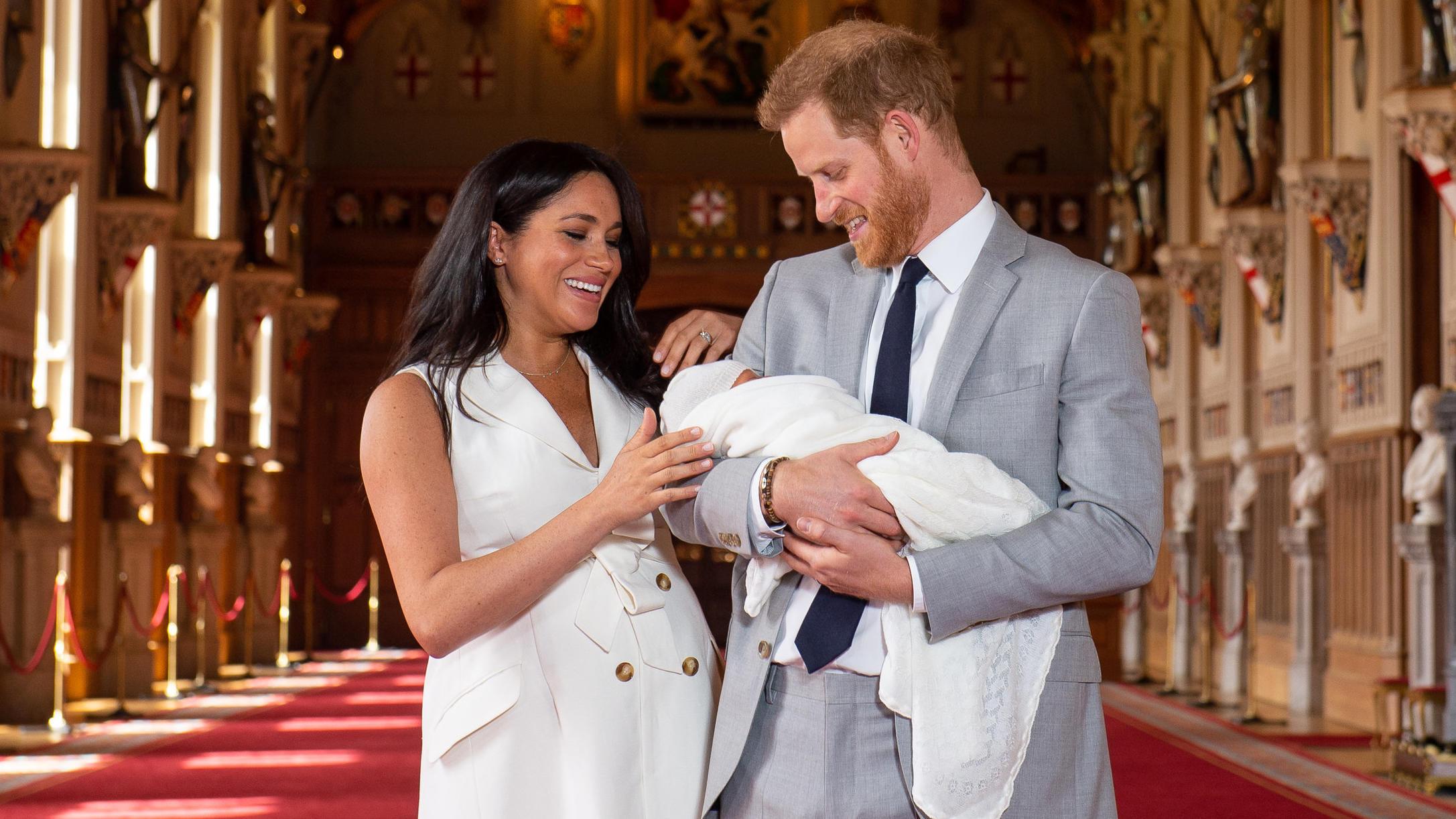 Großbritannien Windsor Prinz Harry von Großbritannien und Meghan Herzogin von Sussex halten ihren noch namenlosen Sohn in der St. George's Hall im Windsor Castle im Arm. Das noch namenlose