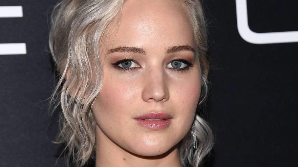 Jennifer Lawrence singt vor dem Spiegel Adele-Songs in eine Haarbürste