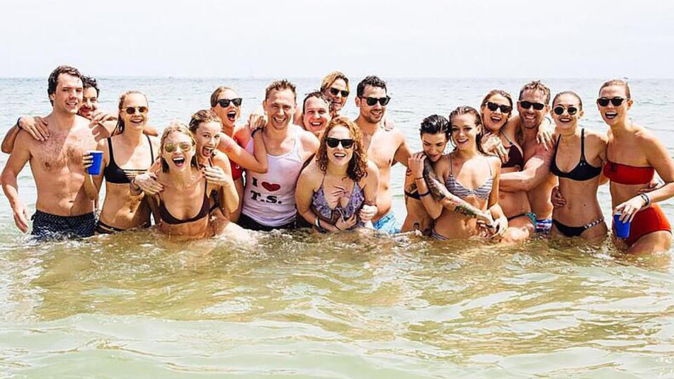 Tom Hiddleston Packt Aus Deshalb Trug Er Das Taylor Swift Shirt