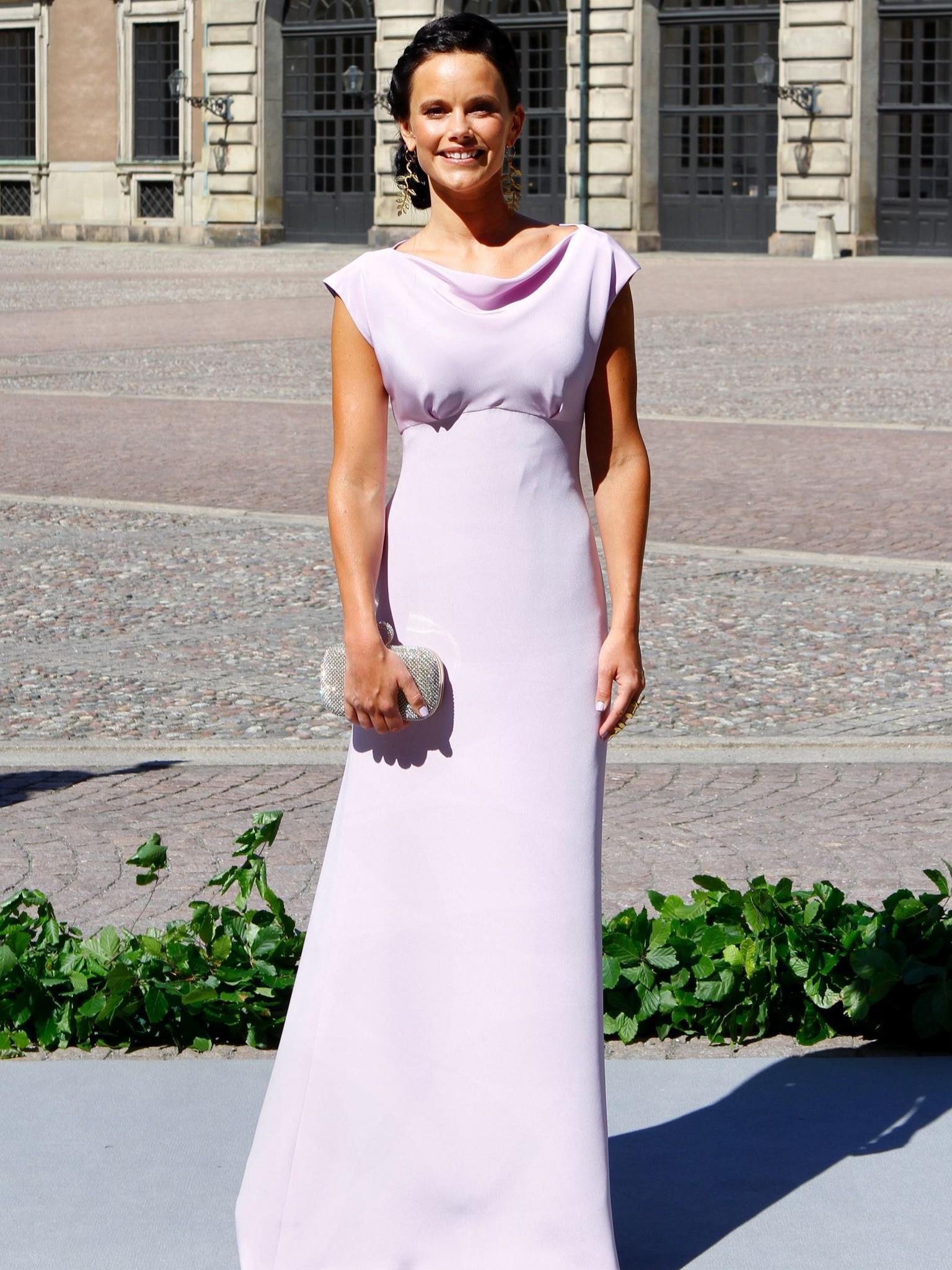 Rotes kleid als hochzeitsgast in schweden