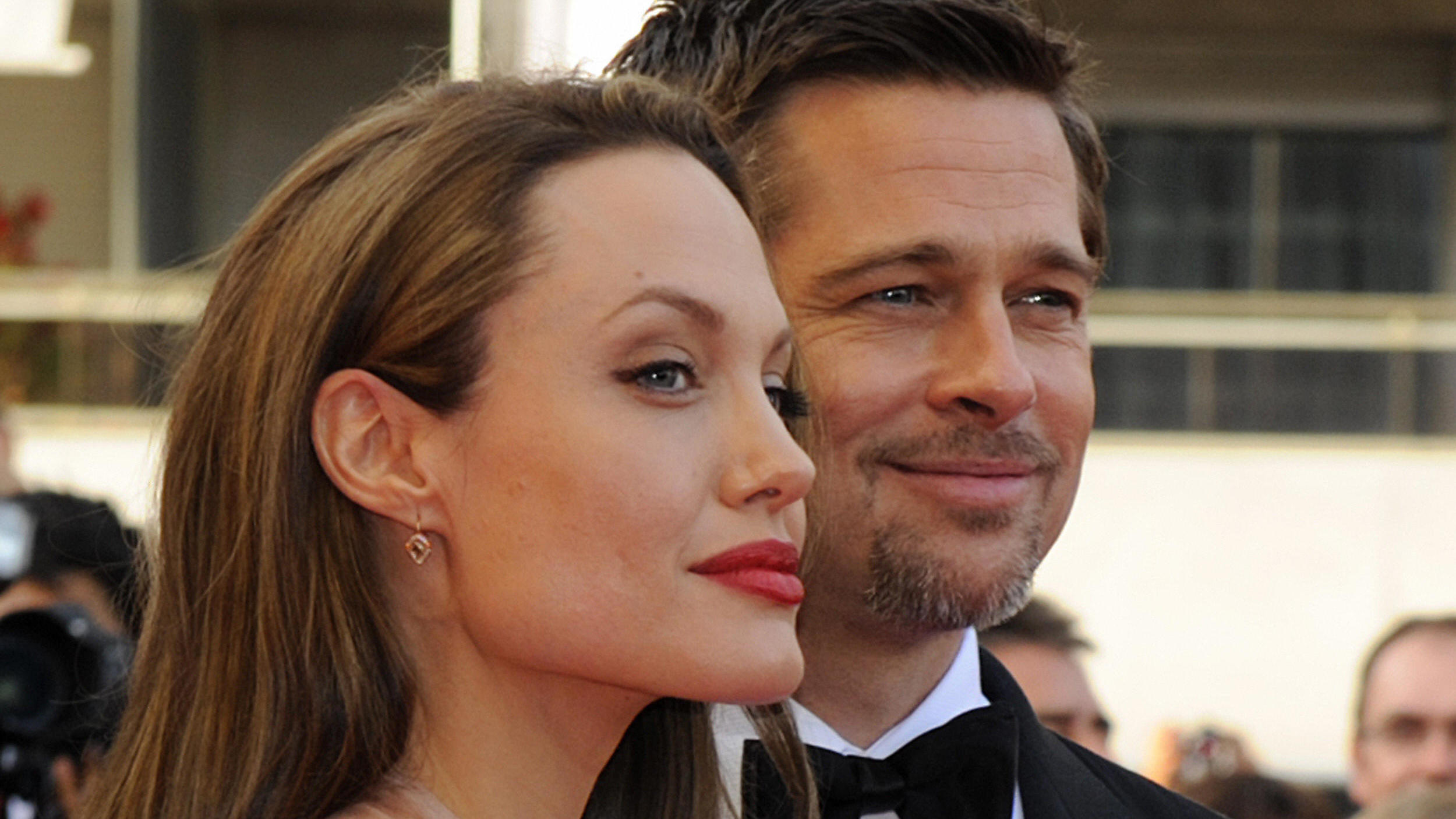 "US actors Brad Pitt and Angelina Jolie arrive for the screening of the movie ""Inglourious Basterds"" directed by US Quentin Tarantino in competition at the 62nd Cannes Film Festival on May 20, 2009.    AFP PHOTO / ANNE-CHRISTINE POUJOULAT (Photo credi"