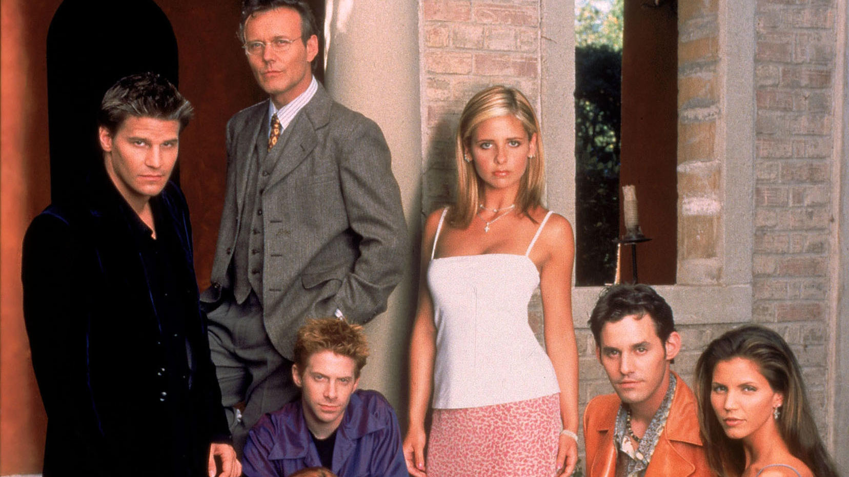 "Kultserie der 90er: ""Buffy - Im Bann der Dämonen"". Von links nach rechts: David Boreanaz, Anthony Head, Seth Green, Sarah Michelle Gellar, Nicholas Brandon und Charisma Carpenter."