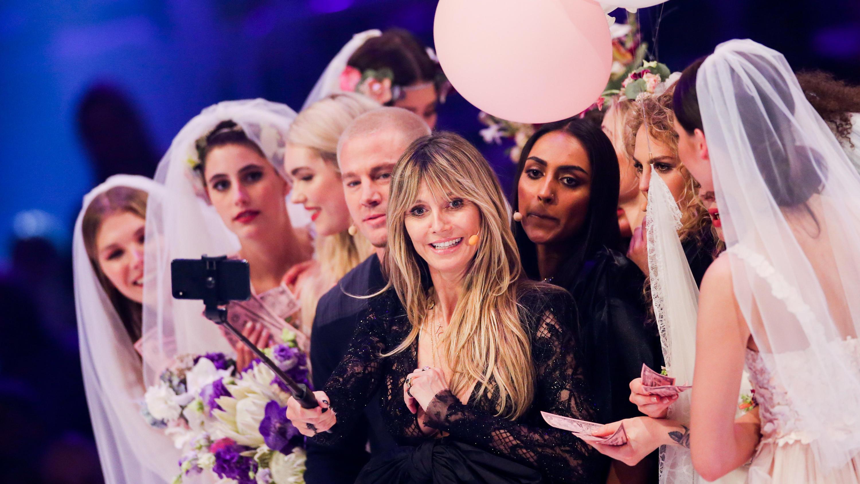 GNTM Finale: Die Looks von Heidi Klum + Co. |