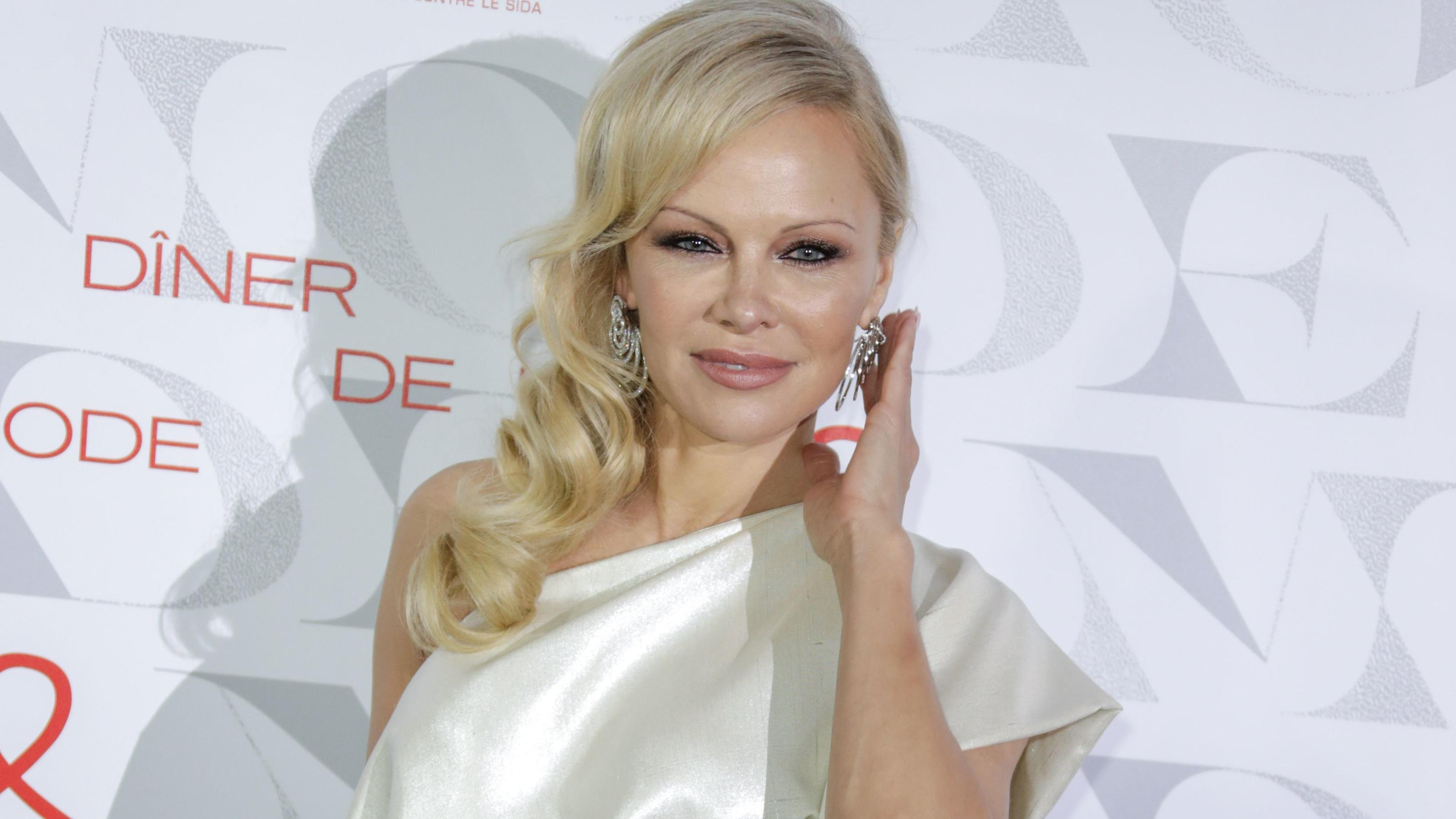 "US actress Pamela Anderson poses during a photocall upon arriving to attend the ""Diner de la Mode"" (Fashion Dinner) fundraiser dinner to benefit French anti-AIDS association Sidaction, on January 24, 2019, at the Pavillon d'Armenonville in Paris. (Ph"