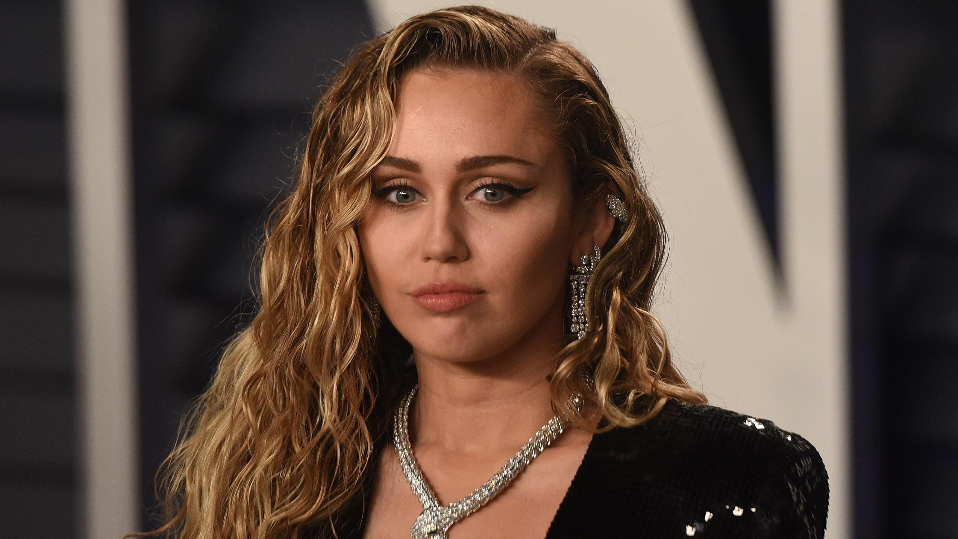 February 24, 2019 - Los Angeles, CA, USA - BEVERLY HILLS, CALIFORNIA - FEBRUARY 24: Miley Cyrus attends 2019 Vanity Fair Oscar Party at Wallis Annenberg Center for the Performing Arts on February 24, 2019 in Beverly Hills, California. Photo: imageSPA