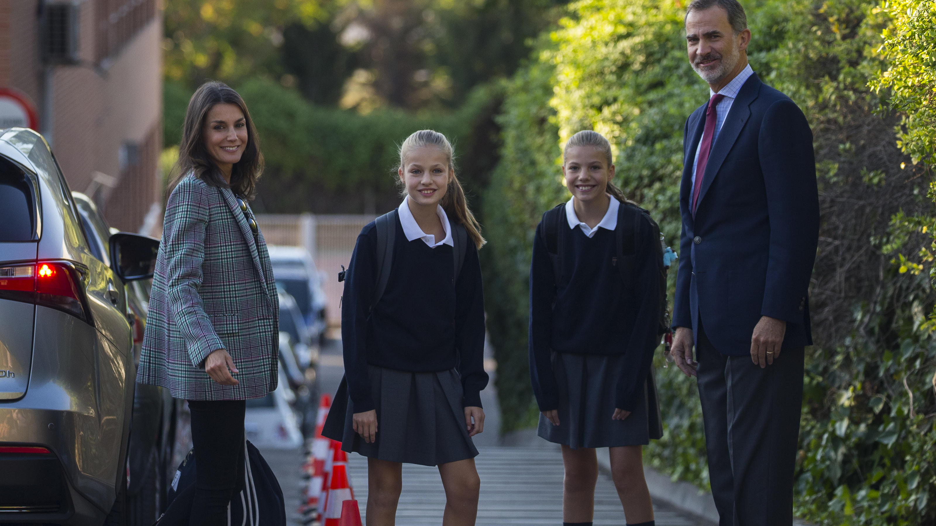 The royals arrived driving their own car to the Santa María de los Rosales School, where they study in Madrid. Queen Letizia wore a casual outfit with sports shoes. The Kings and their daughters pose for the photographers at the doors of the school