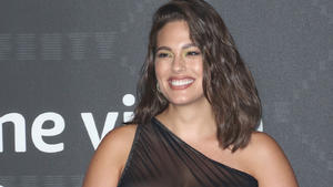 Ashley Graham zieht komplett blank