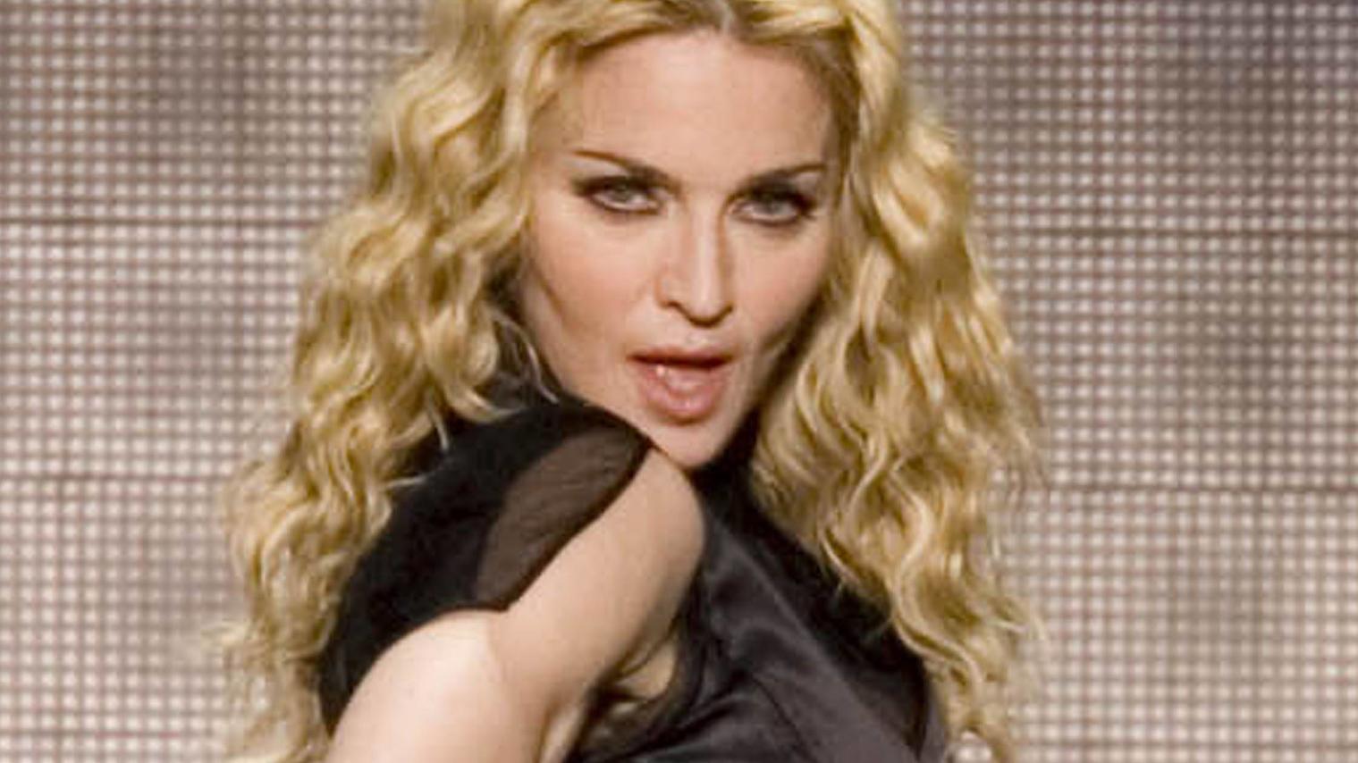 Madonna blau und mit Nippelblitzer: Bei diesem Auftritt
