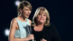 Taylor Swifts Mutter hat einen Tumor