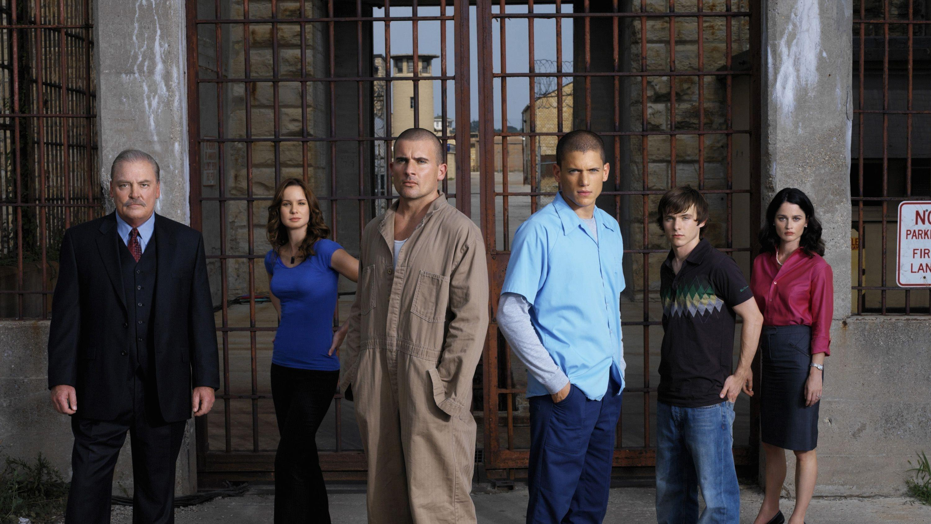 (v.li.) Warden Henry Pope (Stacy Keach), Dr. Sara Tancredi (Sarah Wayne Callies), Lincoln Burrows (Dominic Purcell), Micheal Scofield (Wentworth Miller), LJ Burrows (Marshall Allman), Veronica Donovan (Robin Tunney).