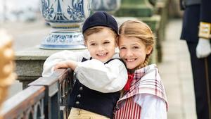 Mini-Royals Oscar & Estelle in Tracht