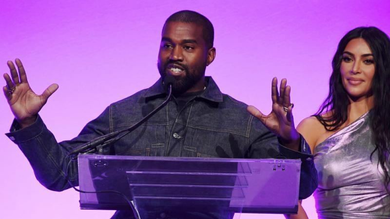 Kanye West Weint Bei Einem Auftritt