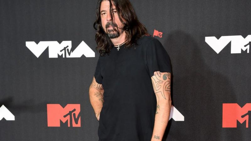 Dave Grohl lachte über die schlechten Kritiken des Foo Fighters Bee Gees-Cover-Albums