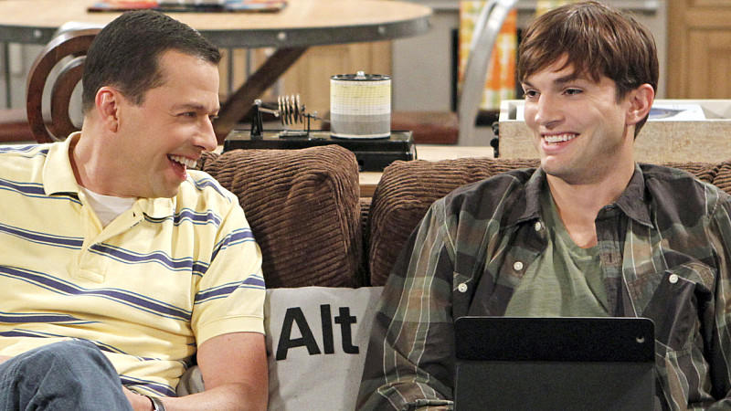 Walden (Ashton Kutcher) und Alan (John Cryer) in 'Two and a half Men'