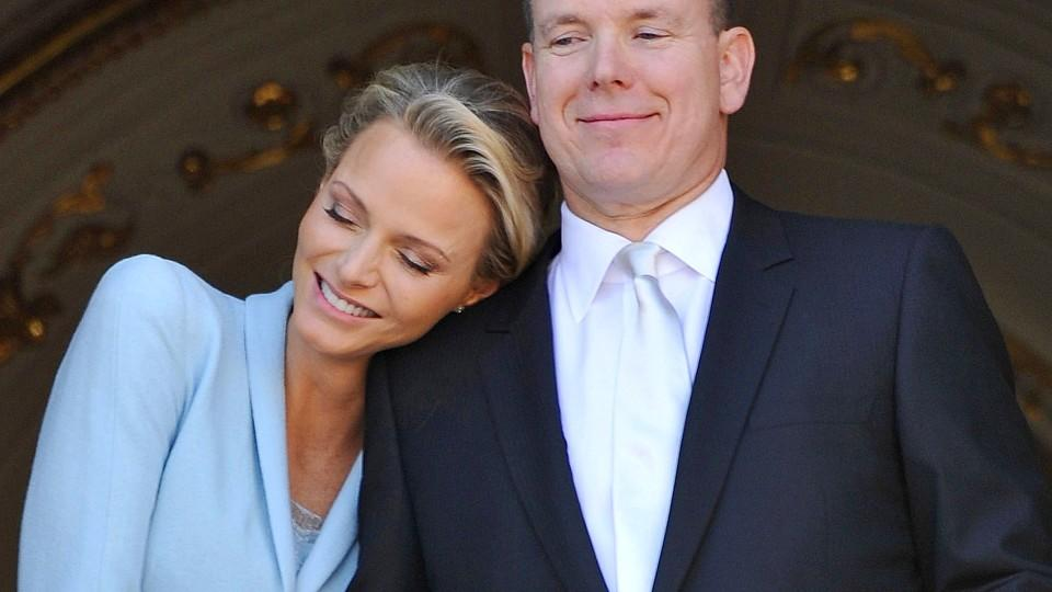 ARCHIV - Prince Albert II of Monaco (R) being hugged by Princess Charlene (L) as they appear at one of the Princely Palace's balconies after their civil marriage ceremony, in Monaco. EPA/BRUNO BEBERT / POOL ALTERNATIVE CROP (zu dpa Bericht: Geburt de