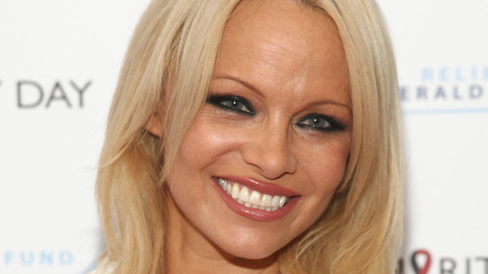 Pamela Anderson posts nude photo, claims shes cured of