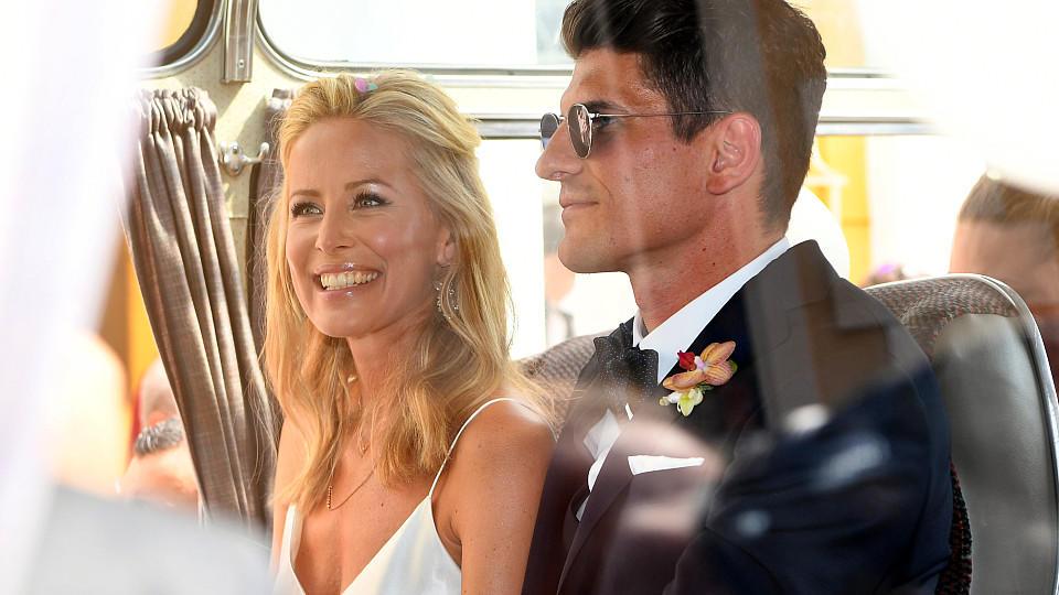 Mario Gomez Und Carina Wanzung Standesamtliche Hochzeit Im Kleinen