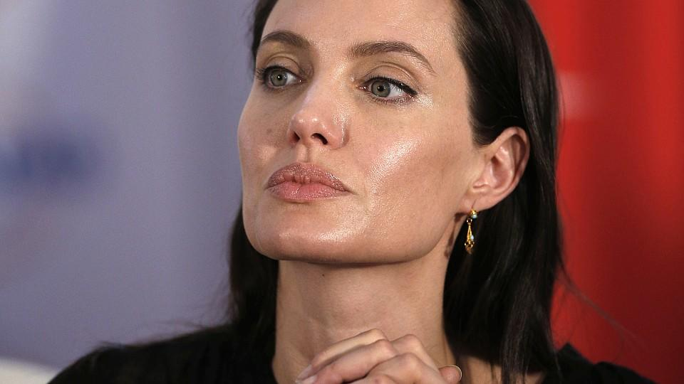 Special envoy of the UN High Commissioner for Refugees, US actress Angelina Jolie attends a press conference in Mardin, Turkey, on June 20, 2015. Jolie visited on June 20 the Mardin refugee camp that hosts victims of the crisis in Syria. AFP PHOTO /