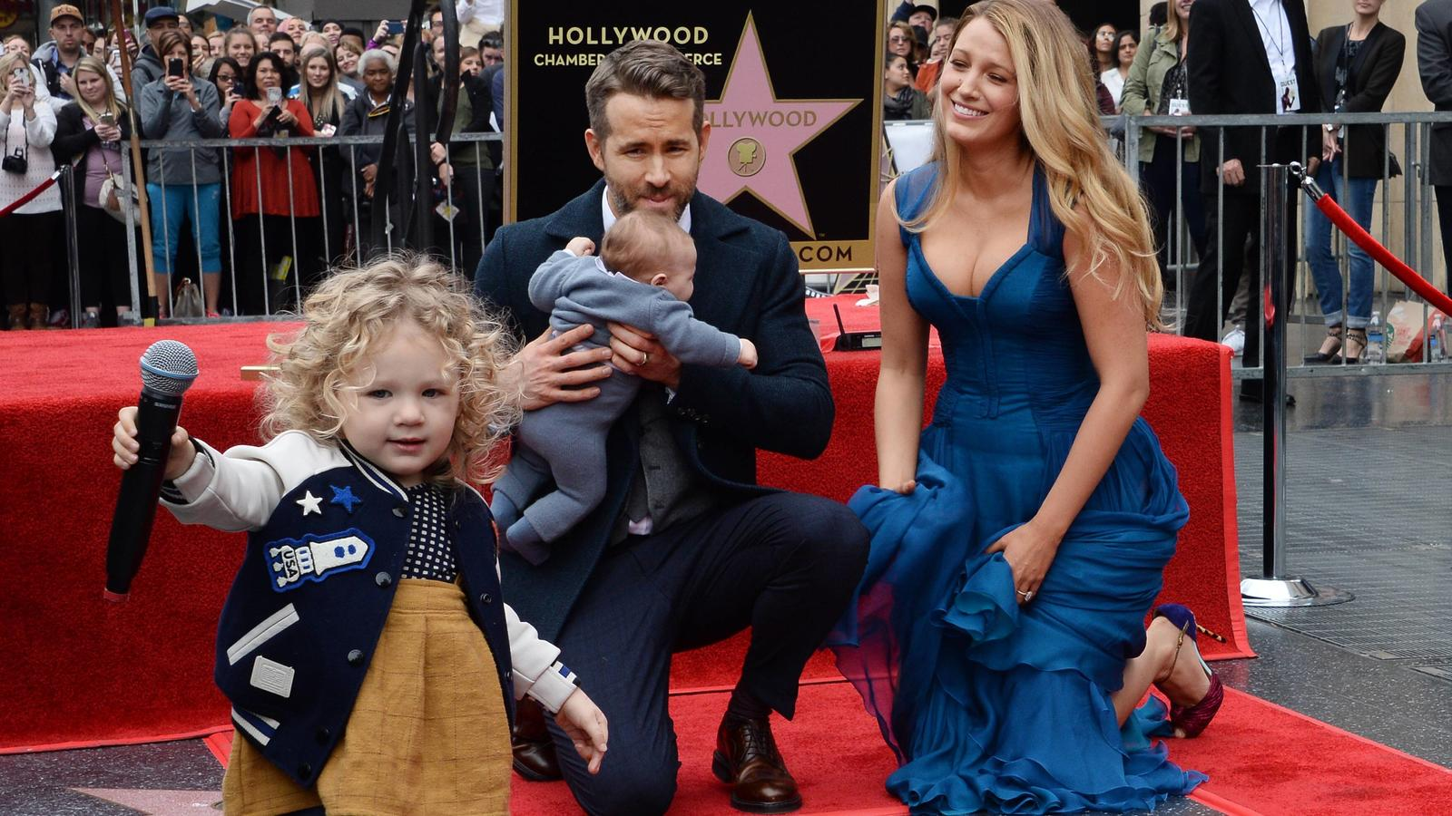 Bilder des Tages Actor Ryan Reynolds is joined by his wife, actress Blake Lively and their daughters James (L) and yet-to be named newborn during an unveiling ceremony honoring Reynolds with the 2,596th star on the Hollywood Walk of fame in Los Angel