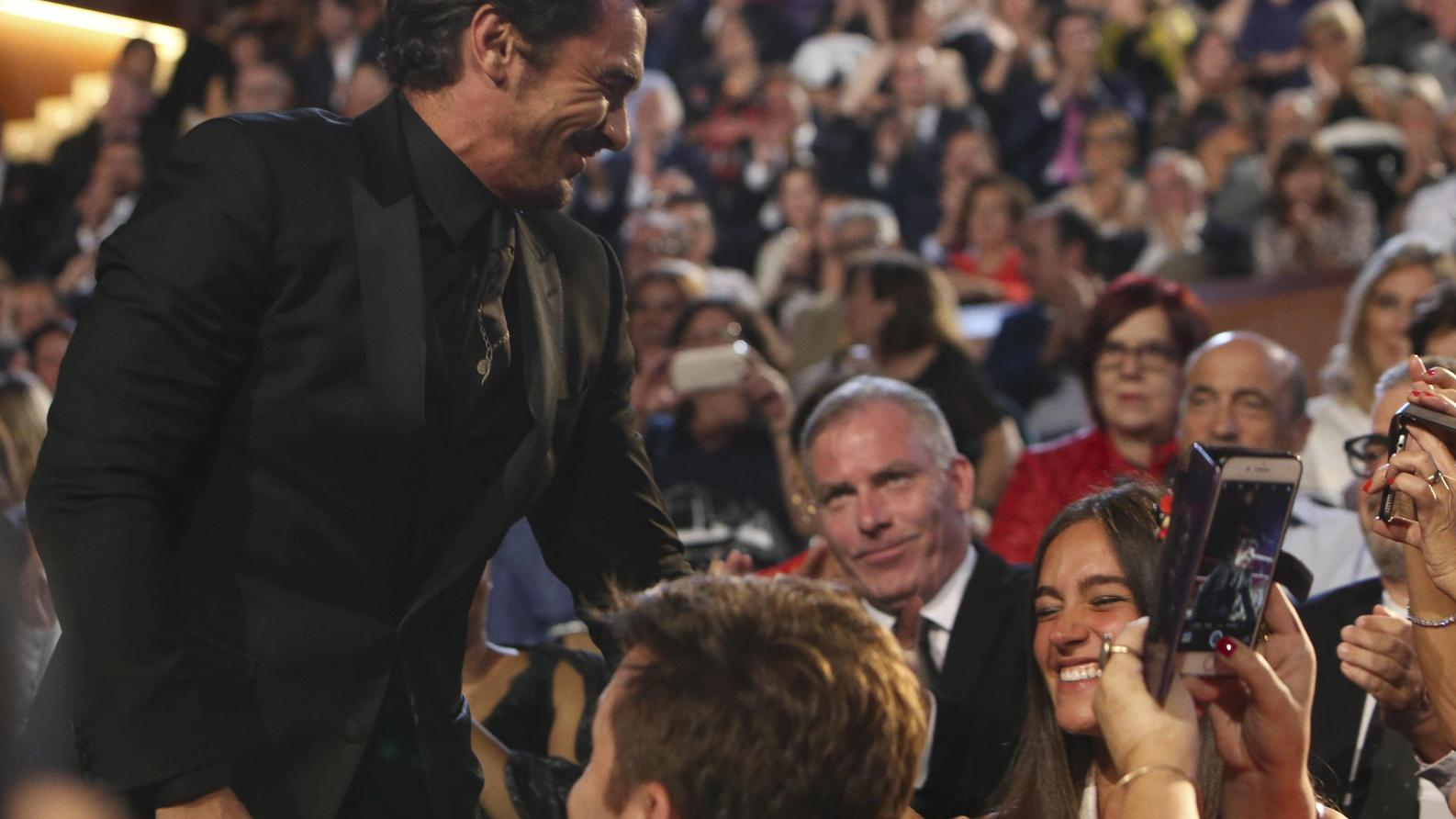 Director and actor James Franco greets his girlfriend before collect the Golden Shell for Best Picture for The Disaster Artist , during the 65th edition of the San Sebastian International Film Festival closure, in San Sebastian, Spain, 30 September 2