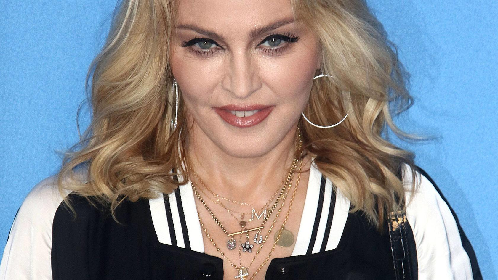 Nackt Madonna  Madonna strips