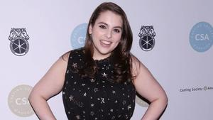 Beanie Feldstein: Im Prom-Dress zu den SAG Awards