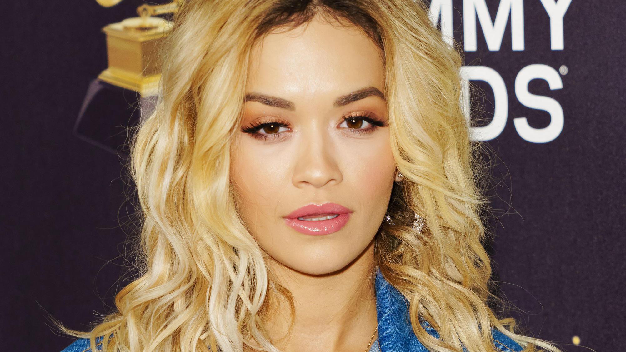 Rita Ora zeigt uns im knappen Bikini ihre sexy Kehrseite
